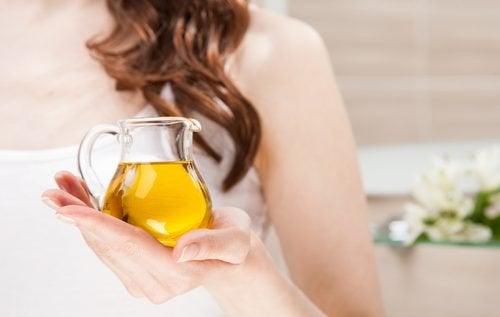 ако целите сгъстяване на веждите можете да използвате зехтин и рициново масло