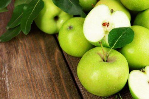 зелената ябълка ще освежи и придаде невероятен вкус на много здравословни салати