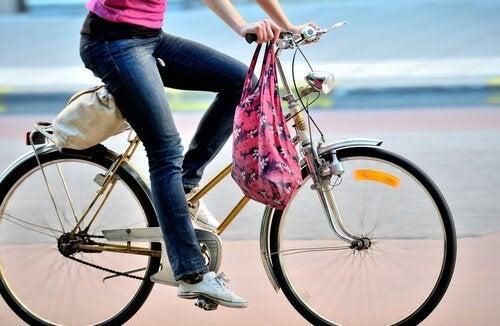 карането на колело е полезно за облекчаване на болката при разширени вени