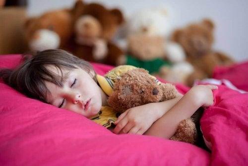 Четири причини защо късното лягане е вредно за децата