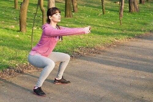 Правенето на клекове е едно от упражненията за тонизиране на краката