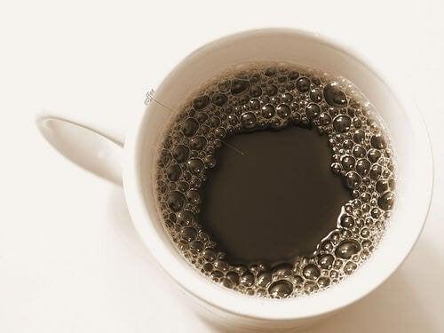 прекомерната консумация на кофеин води до увреждане на щитовидната жлеза