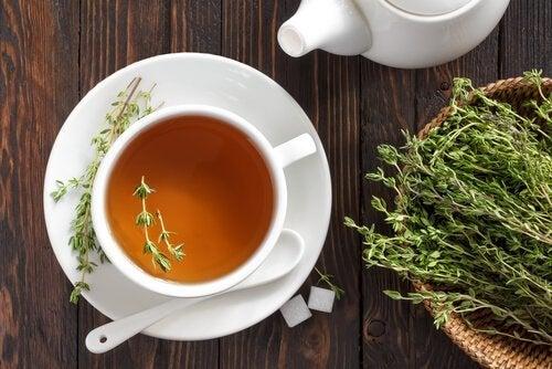 чаят от мащерка облекчава кървенето на венците