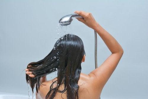 мократа коса е една от причините за появата на гъбички по главата