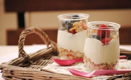 Овесената каша с плодове е един от вариантите на здравословни закуски