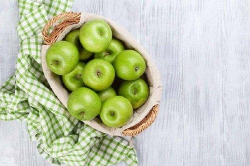 салатата от ябълки е чудесен начин за пречистване на дебелото черво