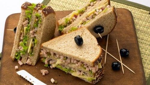 Сандвичите от пълнозърнест хляб един от вариантите за здравословни закуски.