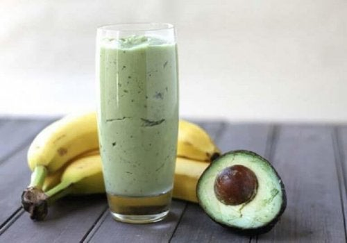 Смути от зелен чай, авокадо и банан