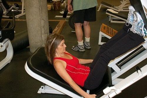 Тренирайте редовно и правете упражнения за тонизиране на краката