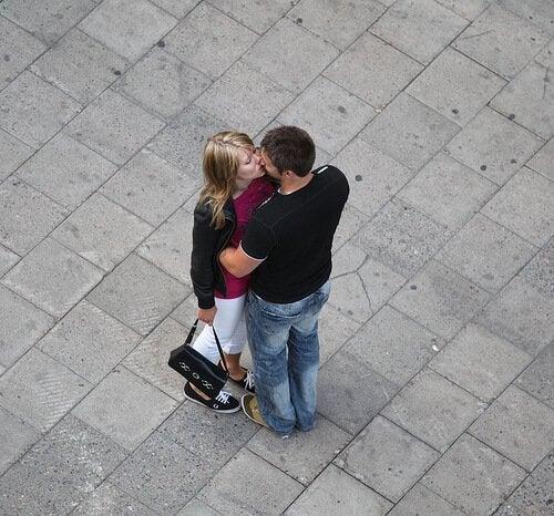 целувките подобряват самочувствието ни и ни правят по-щастливи