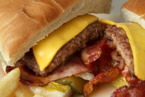 вредните храни често предизвикват възпалението на стомаха