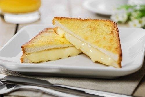 За приготвянето на тези вкусни сандвичи не ви трябват много продукти