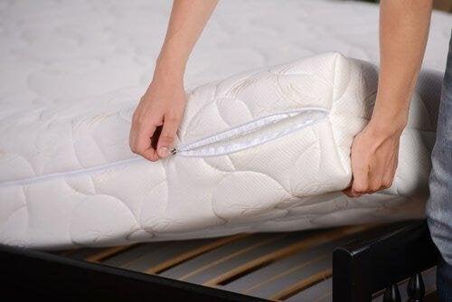 дезинфекцията на матраците е важна част от почистването на спалнята