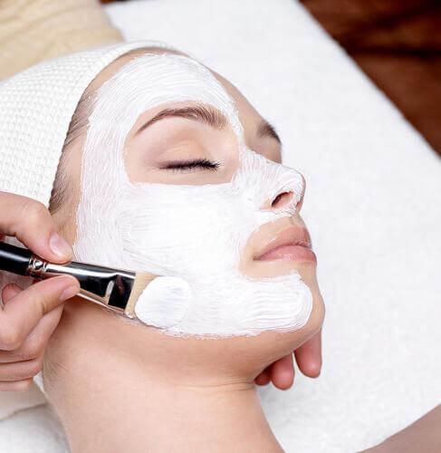 ефикасен начин за почистване на лицето е с помощта на домашни натурални пилинги