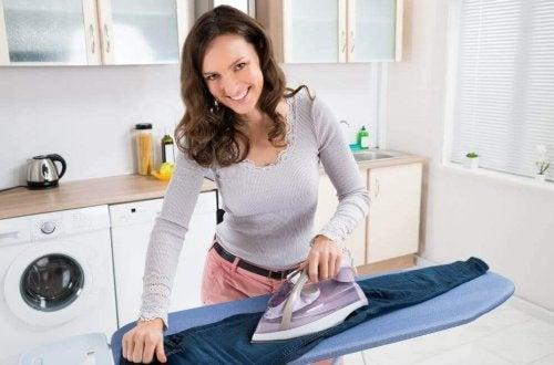 улеснете гладенето на дрехите с помощта на алуминиевото фолио