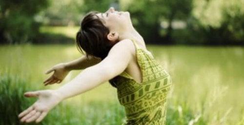 Ходенето на бос крак ви освобождава от стреса