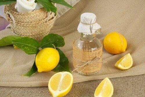 лимоновият сок притежава мощно избелващо неприятните кафяви петна действие