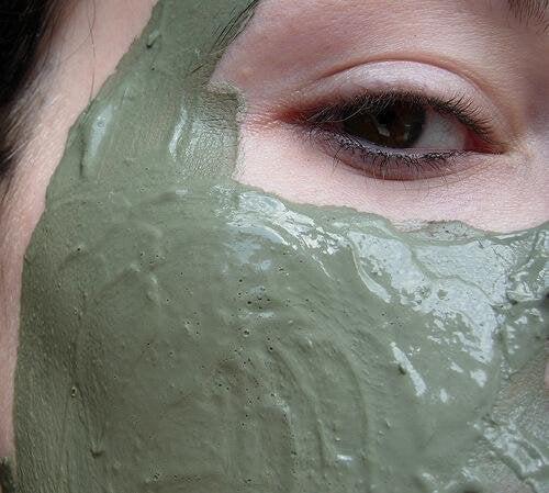 почиствайте лицето си от грим с помощта на домашни натурални продукти