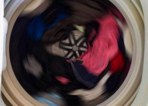 алуминиевото фолио премахва статичното електричество при пране на дрехите