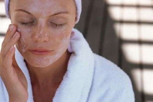 киселото мляко е отлично средство да почистване на грим от лицето