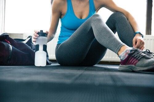 Носенето на бутилка вода ще ви помогне да пиете повече вода.