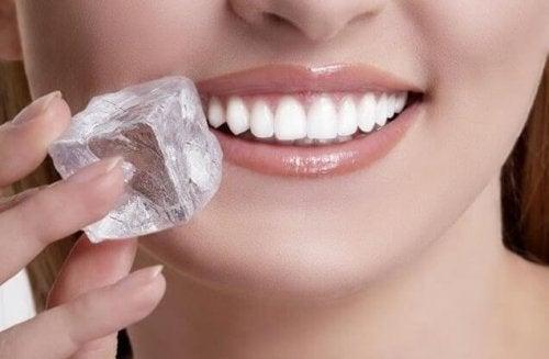 Ледът облекчава болката при афти в устата.