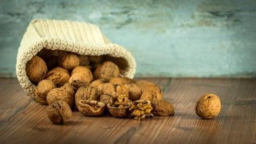 Орехите съдържат витамини и минерали спомагащи успокояването на стрес и тревожност.
