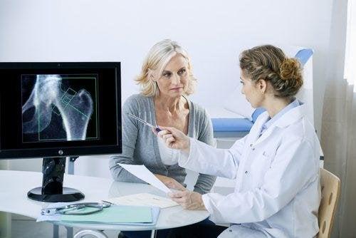Откриването на болестта остеопороза става чрез измерване на костната плътност.