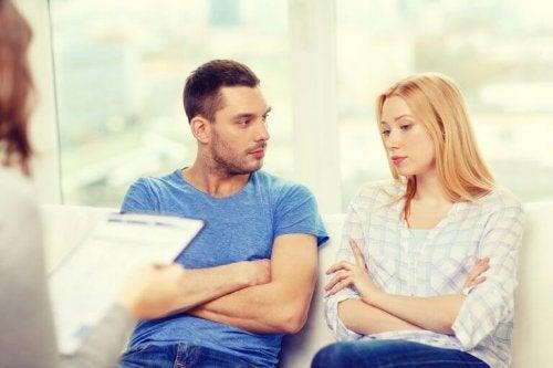 Семейното консултиране би помогнало на двойките превъзмогващи изневярата.