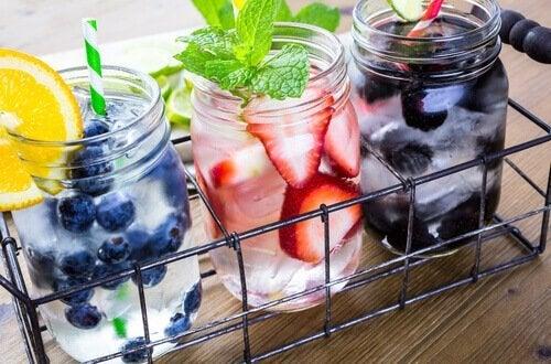 Можете да пиете повече вода като я овкусите с плодове.