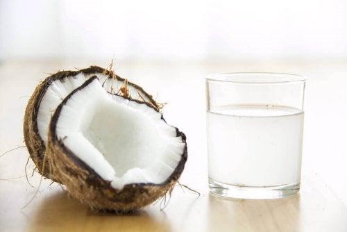 Кокосовата вода спомага повишаването броя на тромбоцитите.