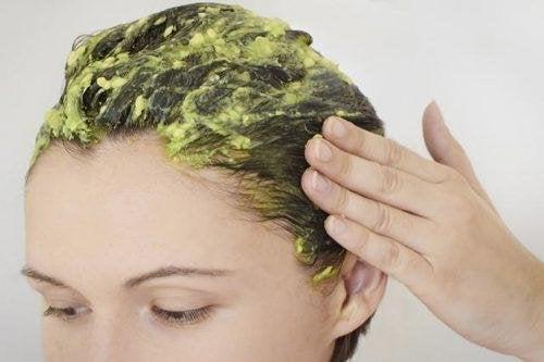 Маската с жълтъци ще ви помогне да овлажните косата си.