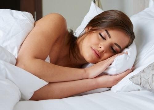 Пълноценният сън е важен фактор за красивата, гладка и здрава кожа.