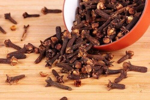 чаят от карамфил помага за справяне с менопаузата