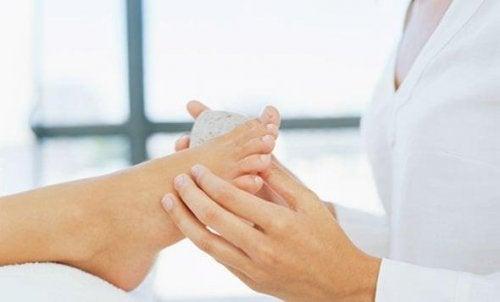 пемзата помага в третирането на мазолите по краката