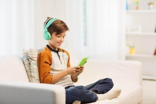 пристрастеността към електронните устройства е един от признаците на афективно разстройство при децата