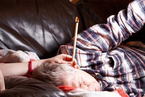 свещи за уши се ползват за омекотяване и отстраняване на натрупаната ушна кал