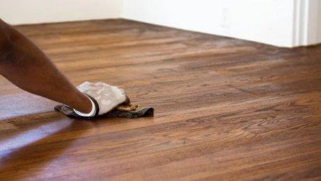 дървените подове са сред нещата, които не трябва да почиствате с бял оцет