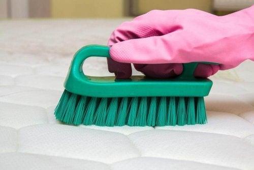 Съвети за премахване на неприятната миризма от матраците