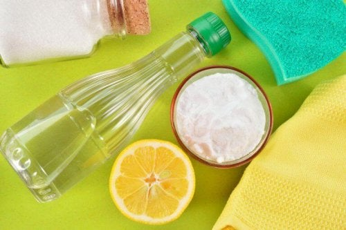 Сол и оцет за почистване на петна от дезодорант по дрехите
