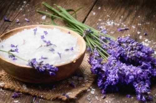 сода за хляб и лавандула против неприятната миризма на матраците