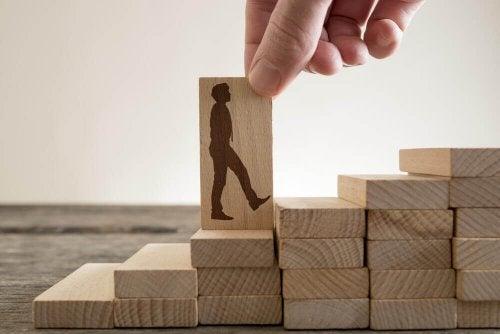 Емоционално силни: стълба направена от дървени правоъгълници и един мъж я изкачва
