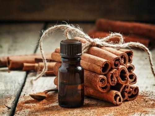 Маски с канела: масло от канела в малко стъклено шишенце