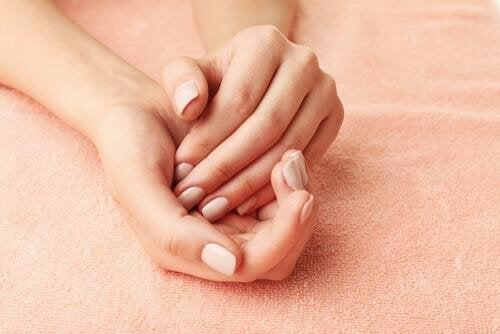Ръце на жена- дланите и пръстите