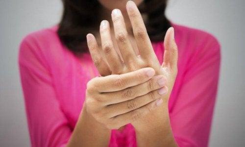 симптомите на лошо кръвообращение - болка в дланите