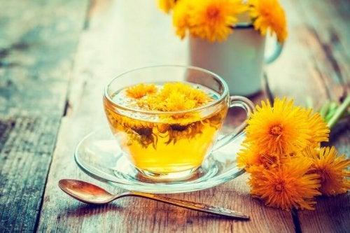 Чай от глухарче в стъклена чаша на маса