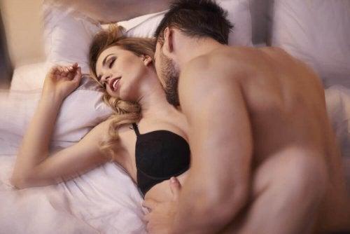 Пробвайте различни еротични игри, за да повишите сексуалното си желание.