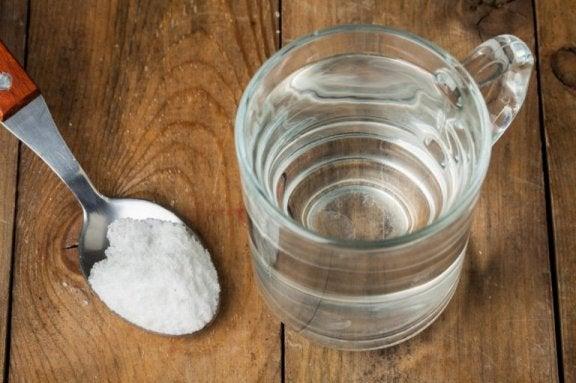 Сода за хляб и водороден пероксид за отстраняване на петната от пот