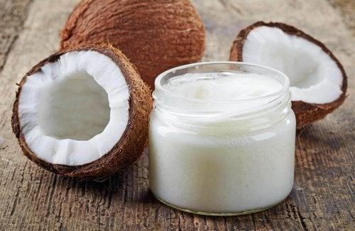 Псориазис на скалпа: два кокосов ореха, единият е разразян на две и крем от кокос