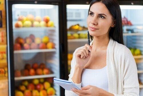 Жена в магазина,с лист за пазаруване